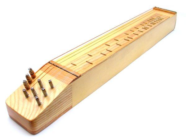 strunný lidový hudební nástroj kobza vyrobený ze smrkového a jasanového dřeva