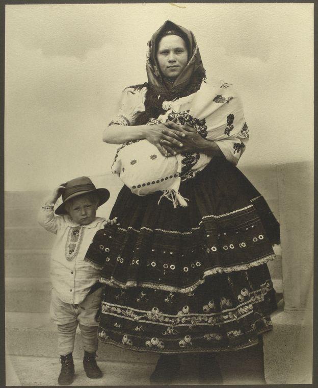 Slovenská žena s dětmi, příchod na Ellis Island, r. 1906-14, foto Augustus Sherman