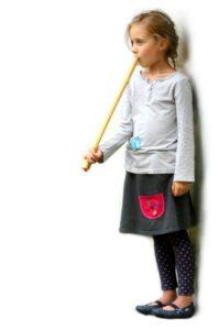 dívka hrající na píšťalu koncovku - ladění F
